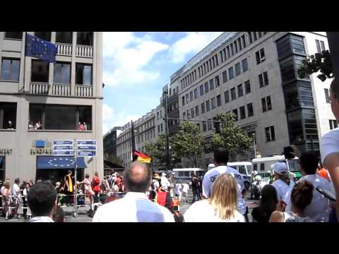 The German soccer squad arrives at Brandenburg Gate 1
