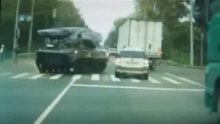 Tanque Militar Choca Auto