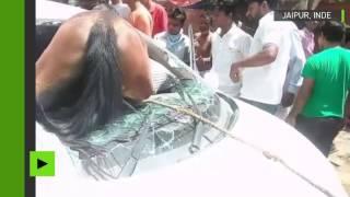 Inde  : tête la première, un cheval entre dans une voiture par le pare-brise !