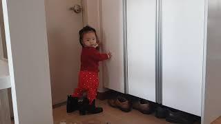 신발장에서 노는 아기, 엄마부츠 신고싶은 17개월 아기