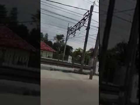 Kabel melintang / menjuntai di Jalan Pondok Terong, Cipayung, Depok,