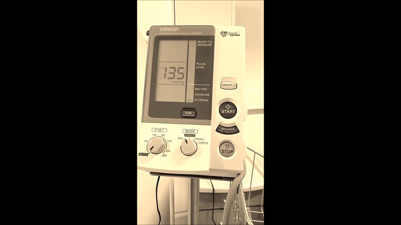 Mesure de la pression artérielle avec un tensiomètre..