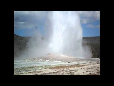 Eruption du plus gros Geyser du parc de YELLOWSTONE aux USA