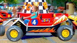 Маша катается на прыгучих машинках и других каруселях в парке для детей