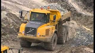 Сочлененные самосвалы Volvo. Добыча глины.
