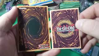 Comparando cartas originais de Yu-Gi-Oh com cards de Banca!