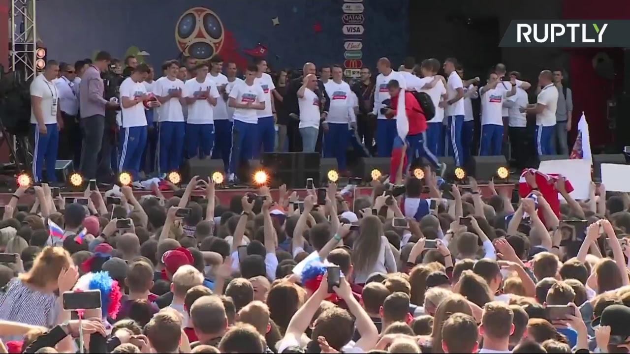 Футболисты сборной России встретились с болельщиками в фанзоне на Воробьёвых горах