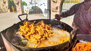 Pakistan Street Food Onion Pakora | Aloo Pyaz Kay Pakoray at Street Food of Karachi Pakistan