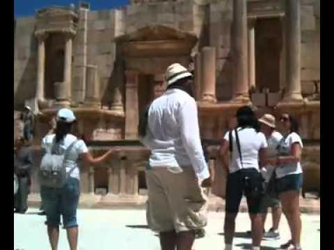 Brazucada dançando no anfiteatro nas ruínas romanas de Jerash, perto de Amã, na Jordânia.