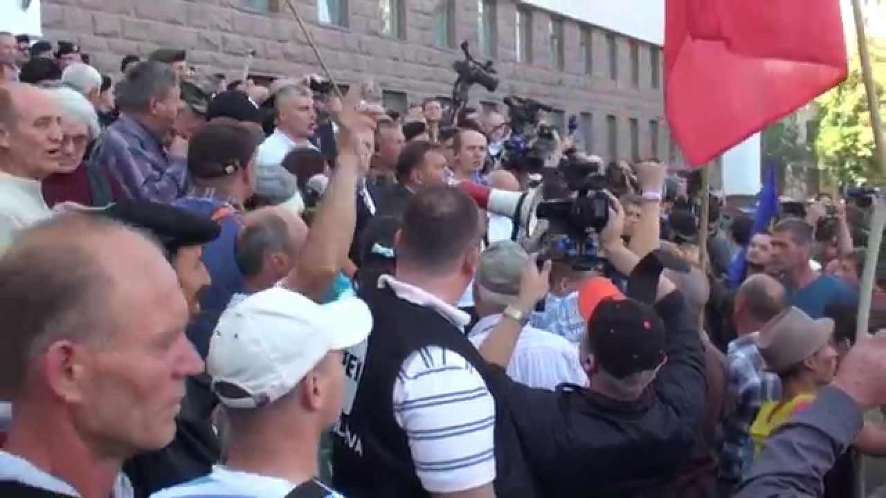Protestatarii zgomotoși părăsesc scările Parlamentului