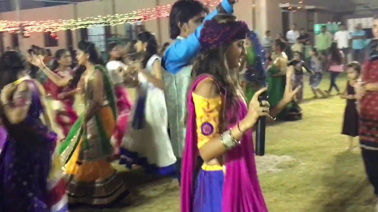 Sexy Gujarati Girls Dancing On Garba 2017 Video - Youtube-9334