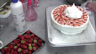 何人分?直径24cm丸型:大きい苺デコレーションケーキの作り方 thumbnail