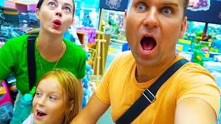 Папа Вова и мама делают покупки в магазине игрушек - shopping in Toy store