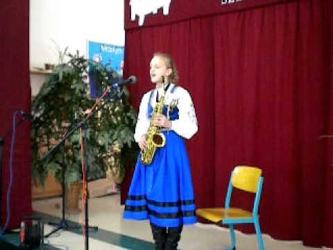 Monika Bojke śpiewa kolędę kaszubską
