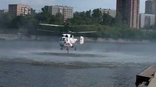 Пожарный вертолёт берёт воду(Пожарный вертолёт берёт воду из Москвы-реки для тушения пожара в центре Грабаря. Снято 15 июля 2010 года карма..., 2010-07-16T06:00:00.000Z)