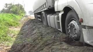 Kamion süllyedt meg az útpadkán Tuzsér és Mándok között