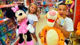 ПРИКЛЮЧЕНИЯ на шопинге ПАПА потерялся в торговом центре Развлекательное видео для детей