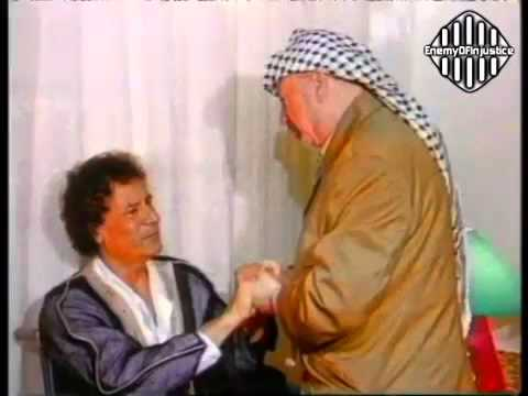 A moment of fraternal between Muammar Gaddafi and Yasser Arafat in 1998