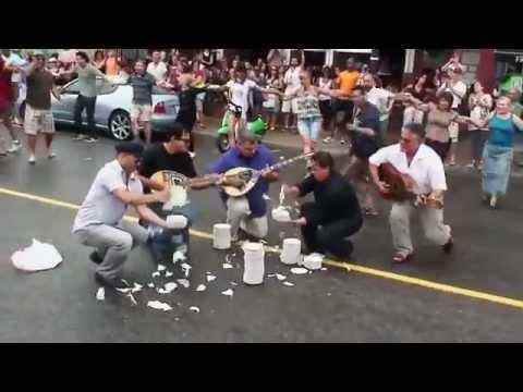 Ένας έλληνας τους έκανε να χορεύουν Ζορμπά...