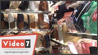 """قبل العيد بأيام .. ارتفاع أسعار الأحذية والشنط و""""الأحمر"""" نجم الموسم"""