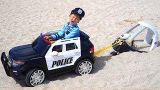 يصبح سينيا شرطيًا ويحفظ آلة كاتبة من الرمال