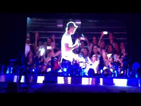Enrique Iglesias destroza en Marbella un clásico del pop español