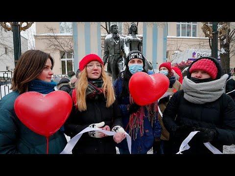 شاهد: روسيات يخرجن في مسيرة دعماً للناشطات السياسيات في عيد الحب…