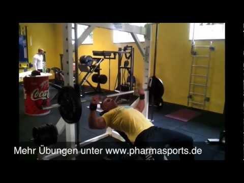Brusttraining Schrägbankdrücken an der Multipresse Langhantel Bodybuilding Fitness Video