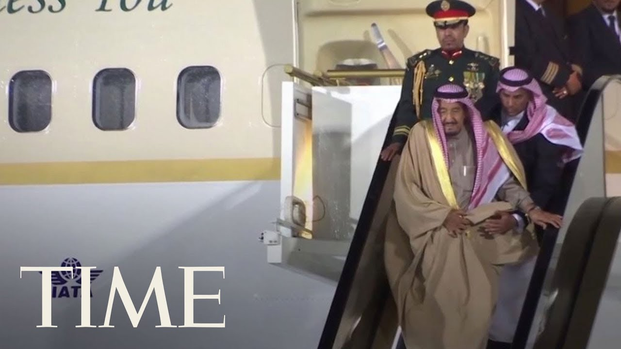 watch-the-awkward-moment-the-saudi-king-gets-stuck-on-an-escalator-while-disembarking-plane-time