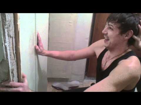 Дырка в стене -
