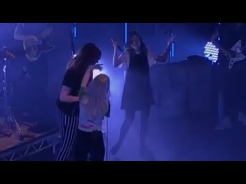 Lauren Mayberry (CHVRCHES) sings with Paramore (Misery Business) Edinburgh 06/22/17