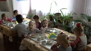 Обед в детском саду, средняя группа