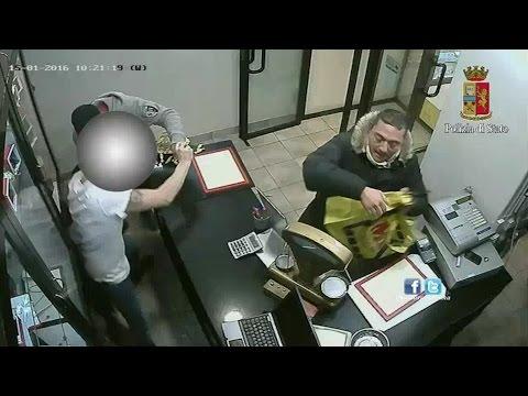 Furto al Compro Oro, 13 minuti per svaligiare il negozio: le immagini della rapina