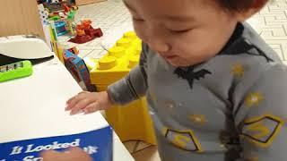 최재하 생후17개월 책 케이크 그림도 후우~