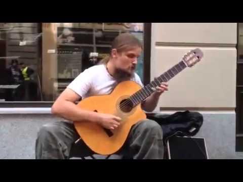 Impresionante guitarrista callejero en Polonia