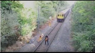 За секунду до смерти...В Италии работник железной дороги спас невнимательного велосипедиста(В Италии работник железной дороги, рискуя собственной жизнью, спас невнимательного велосипедиста от верно..., 2016-10-24T20:34:52.000Z)