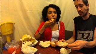 Вкусный ли фрукт помело. Бразилианка и Украинец пробуют помелло