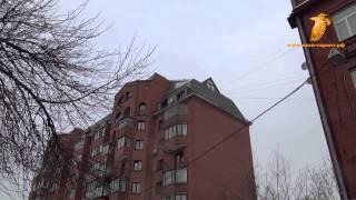 видео Уборка снега с крыши, очистка кровли от снега и наледи