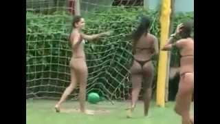 #женский футбол играют голыми