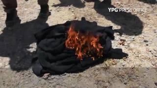 بالفيديو.. نساء الرقة يحرقن ملابس