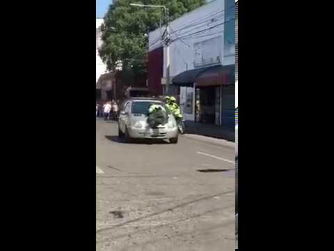 Mujer atropelló a policía de tránsito para evadir retén