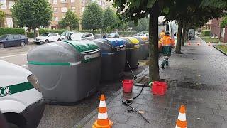 Unos operarios de Emulsa limpian una estación de contenedores en el barrio de Montevil, en Gijó
