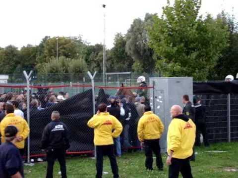 Polizeigewalt - Polizei schlägt KSC Fans (Stuttgart-KSC 2008)