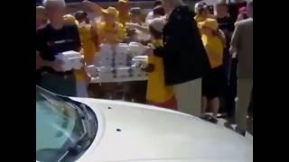 """شاهد.. ترامب يشارك في توزيع وجبات الطعام على متضرري إعصار """"فلورانس"""""""