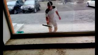 видео Мойка окон,витрин,фасадов,стекол на дому,альпинисты,цены