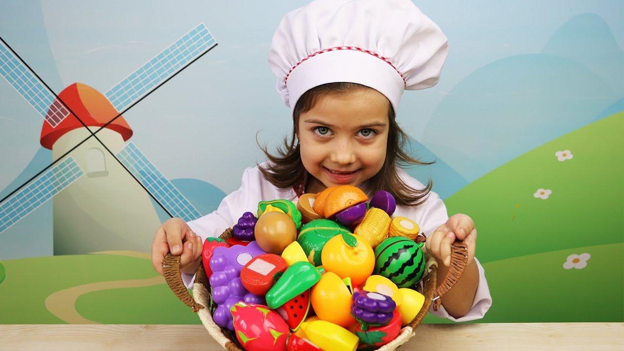 მზარეული ემილია ჭრის ხილს და ბოსტნეულს და უმზადებს საჭმელს მშობლებს