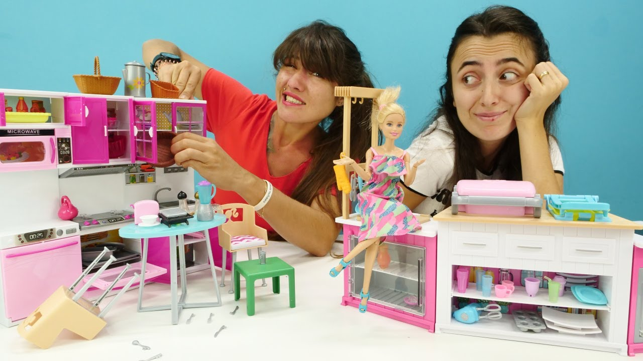 Kız videoları. Barbie oyunları. Sevcan ve Ümit Barbie'nin mutfağını düzenliyorlar