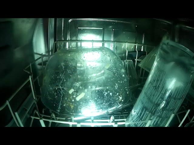 Edények tisztulása a mosogatógépben.