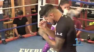 El campeón Abner Mares en entrenamiento en Los Angeles County Sheriff's Century Boxing