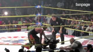 Wrestler messicano muore sul ring, ma continuano a combattere